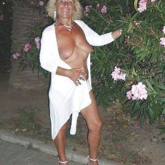 Femme nue attachée en foret